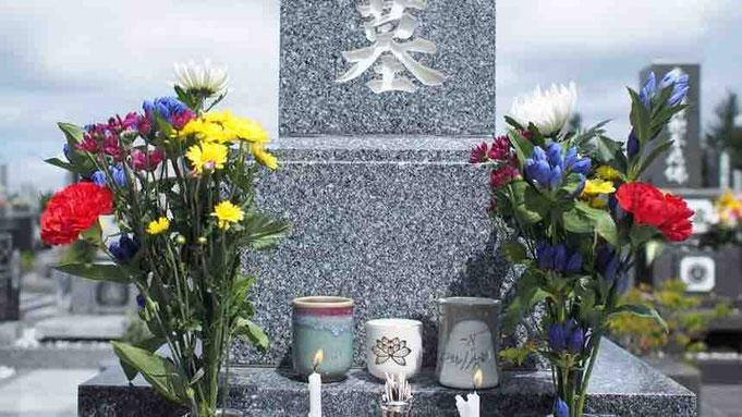 お墓参りでお花をお供えする画像
