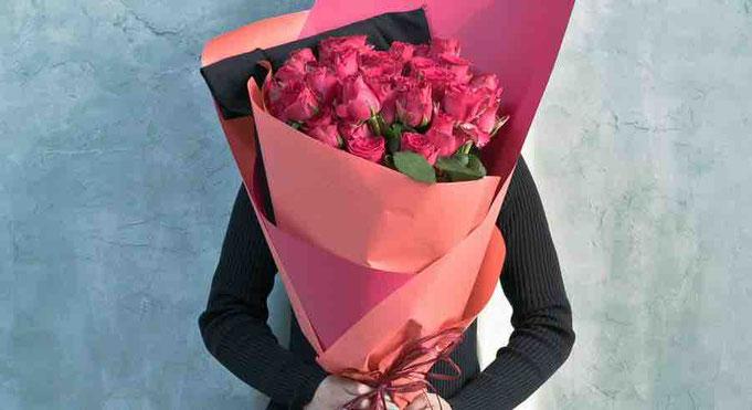 お花を恋人にプレゼントする画像です。