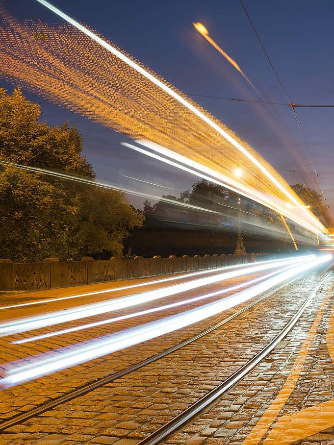 Langkeitbelichtung, Nachtfoto, Maximiliansstraße, Brücke, Straßenbahn, Peter Adam, Makro, pa-foto, Natur, Fotografie, Photographie, Photokunst, Fotokunst