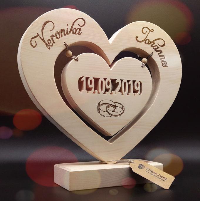 Hochzeitsgeschenk aus Zirben Holz mit Hochzeitsdatum und Namen des Brautpaares, eingravierte Eheringe