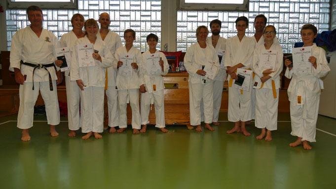 Unsere Kyu-Prüflinge mit dem stolzen Trainer Micha (links)