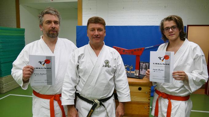 Die beiden erfolgreichen Karatekas mit ihrem Sensei Micha