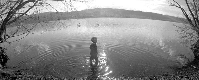 Yogakid am See, der See ist kalt im März und Yogakids Gummistiefel nicht sehr hoch, mit Wechselkleidung alles im grünen Bereich, Sie hatte jede Menge Spass
