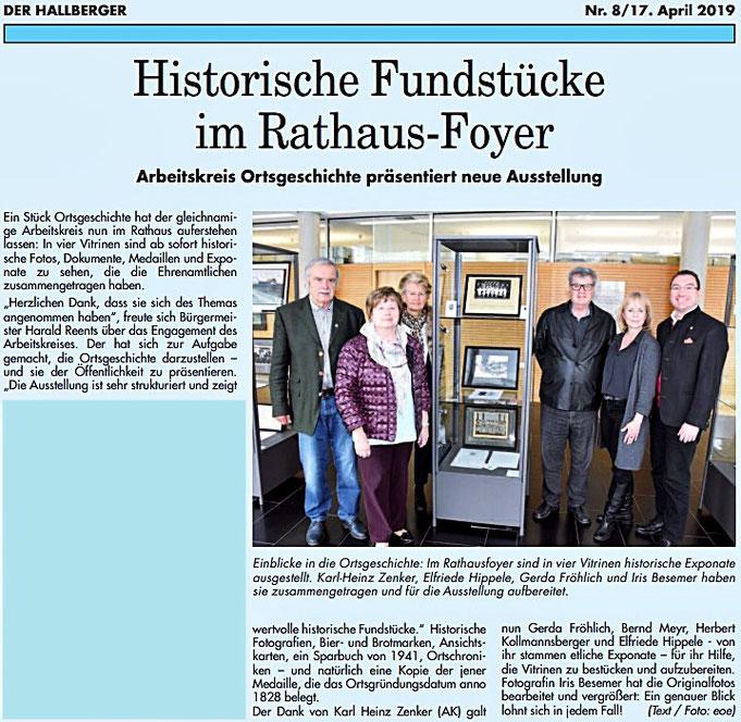 Rathaus Hallbergmoos. AK Ortsgeschichte mir Iris Besemer und 1. Bürgermeister Harald Reents