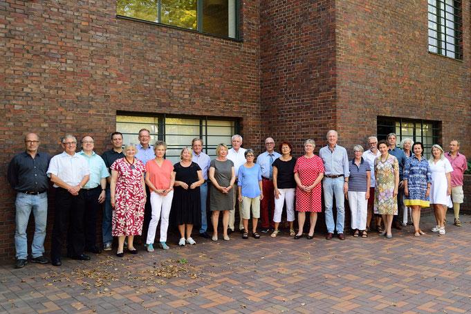 Ein Teil der Mitglieder beim Treffen an den Museumshäusern Haus Lange und Haus Esters (Foto: Rolf Giesen).