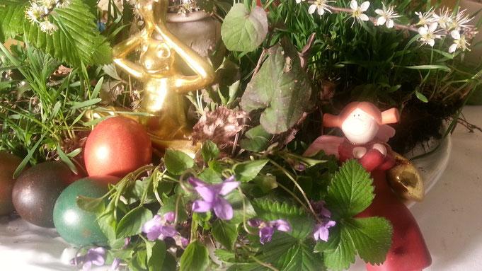 Der Frosch steht für Wandlung, die Engel als Helfershelfer für alle Notlagen und das Ei für Fruchtbarkeit ...