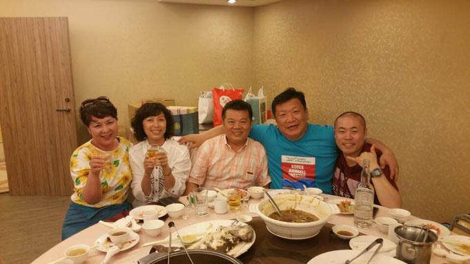 向かって左から、韓国の音楽事務所の副社長のパークさん、台湾のオカリナ奏者Zackさんの奥様、台湾のオカリナ奏者のZackさん、韓国の音楽事務所の社長キムさん、そして僕♪
