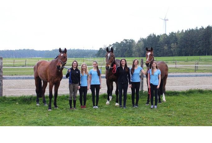 Ines, Amelie, Bianca und Emma mit den Trainer/ Longenführer Laura und Anna