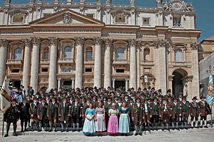Auf den Stufen der Peterskirche