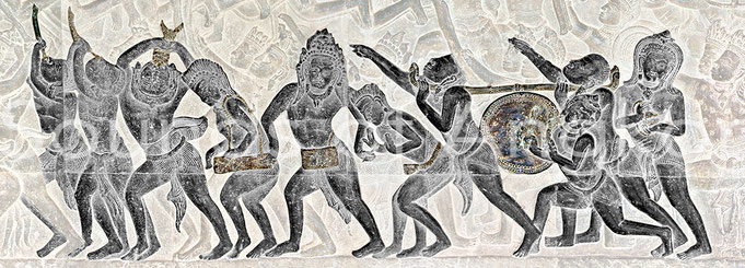 De D. à G. : cymbales, tambour sur portant, tambour en gobelet, tambour cylindrique frappé avec deux baguettes, tambour en sablier à tension variable, conque, paire de trompes. Angkor Vat, galerie ouest, Bataille de Kurukshetra. XIIe s.