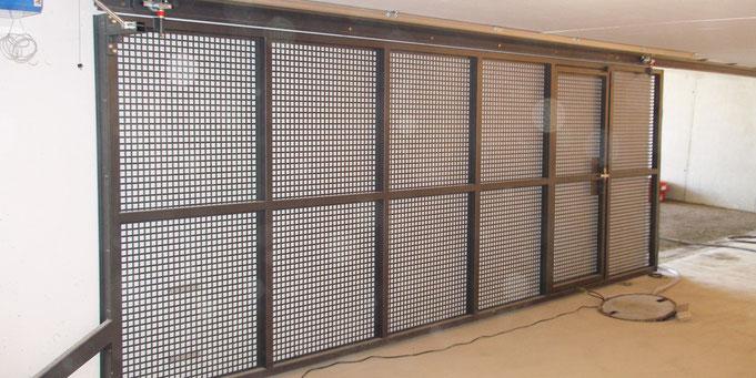 Schiebetor aus Stahl mit Belüftungsgitter