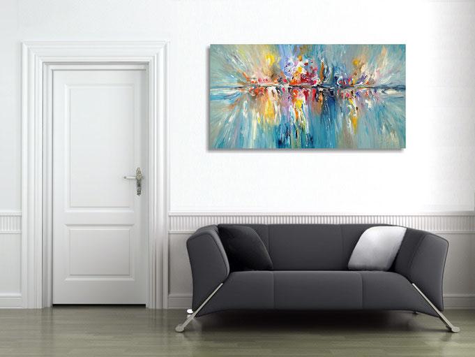 Das abstrahierte Gemälde bereichert die Raumatmosphäre