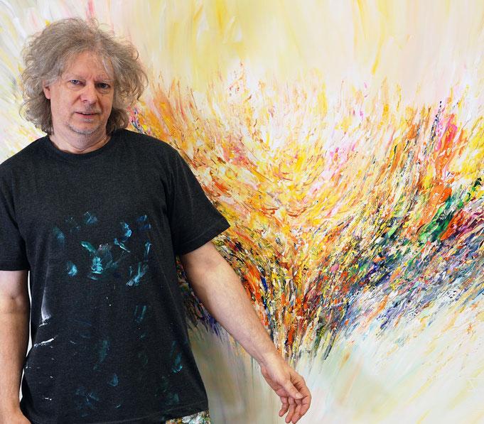 gerade fertig gemalt: Peter Nottrott mit Positive Energy XL 2