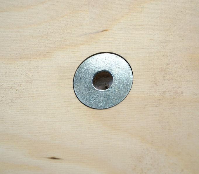 Rückseitige Aufhänger für Schraubenköpfe