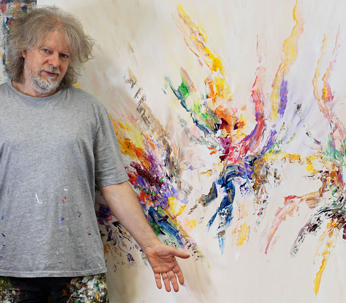 Gerade fertig gemalt: Peter Nottrott mit Awesome Energy XL 1