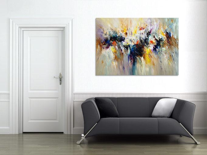 Das abstrakte Gemälde verleiht dem Raum eine tolle, individuelle Atmosphäre