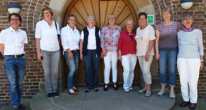 Auf dem Foto sind von li. nach re.:  Pfr. Hante, Gertrud Stockmann, Brigitte Vossenberg, Hedwig Lühl, Elisabeth Reuter, Gisela von Grone, Lucia Weeverink, Hildegard Everding und Margret Heemann.