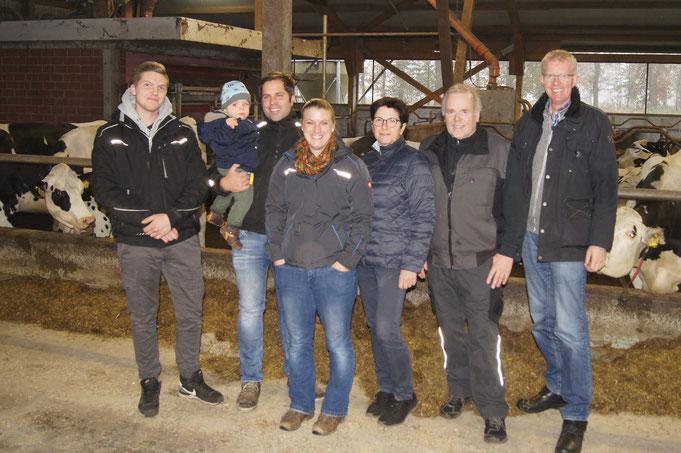 Abb. (von links nach rechts): Azubi Leon Clören, Hauke und Diana mit Henry, Helga und Dieter Helmers mit Gerold Klarmann, Außendienstmitarbeiter Firma Ripken