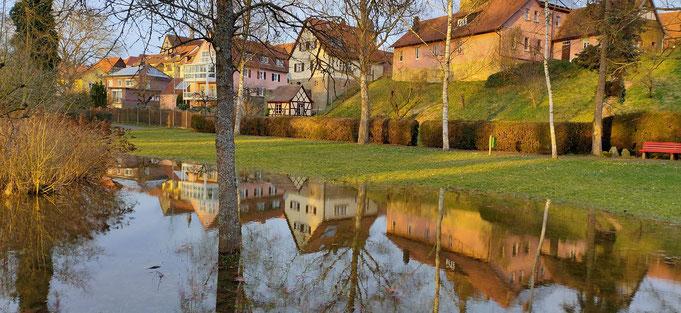 Spiegelung im Wasser Hintergrund mit Häusern Stadt Ebern