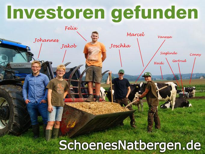 Mehrere Jungbauern und Kühe stehen um einen Trecker herum