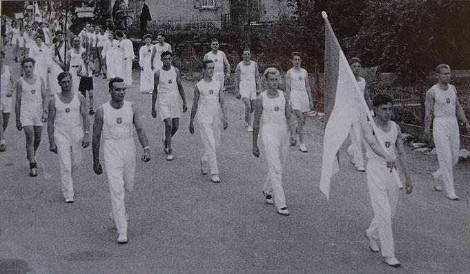 Kreisturnfest 1953 in Sersheim, Fahnenträger Otto Waiß