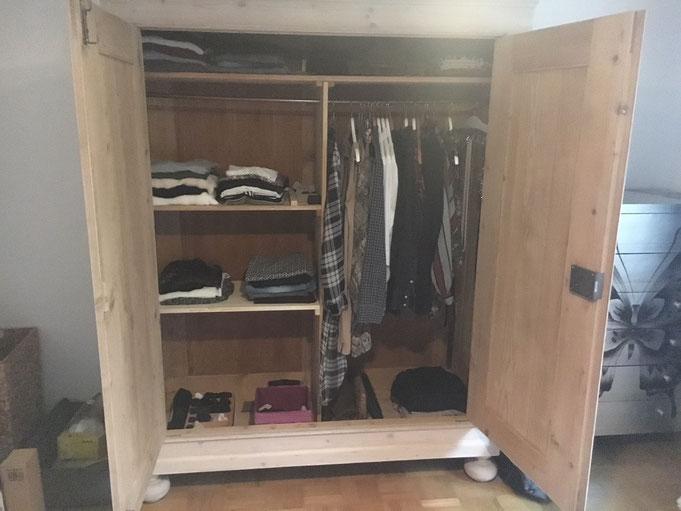 Mein Kleiderschrank nach dem zweiten Mal Ausmisten mit Marie Kondo. Jetzt passt alles rein! Ihre spezielle Methode, Klamotten zu falten, habe ich aber nicht übernommen.