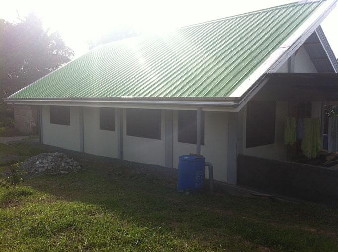 Ein Haus mit grünem Dach