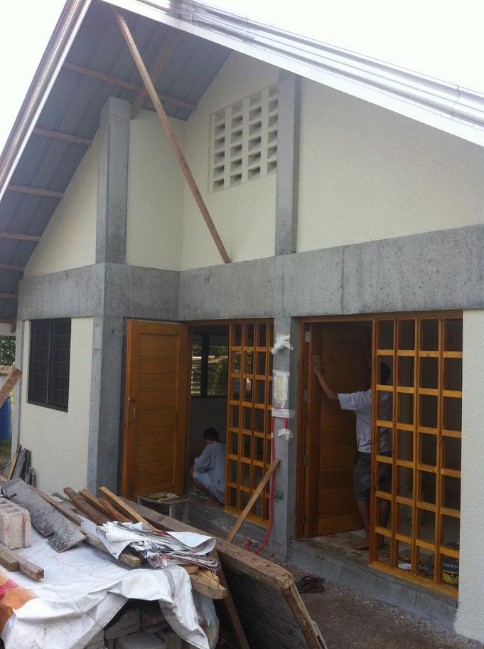 zwei Terrassentüren auf der Rückseite des Hauses