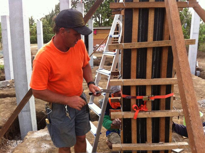 Pfeilerschalung betoniert und vibriert mit Hammer
