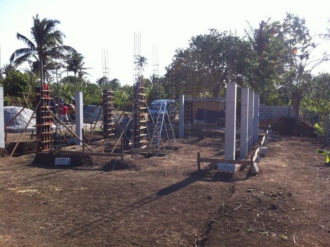 sieben Betonpfeiler sind fertig betoniert und drei Schalungen gestellt
