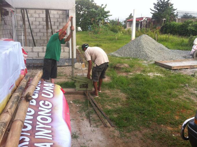 Zwei Männer schneiden Eisen mit dem Eisen schneider