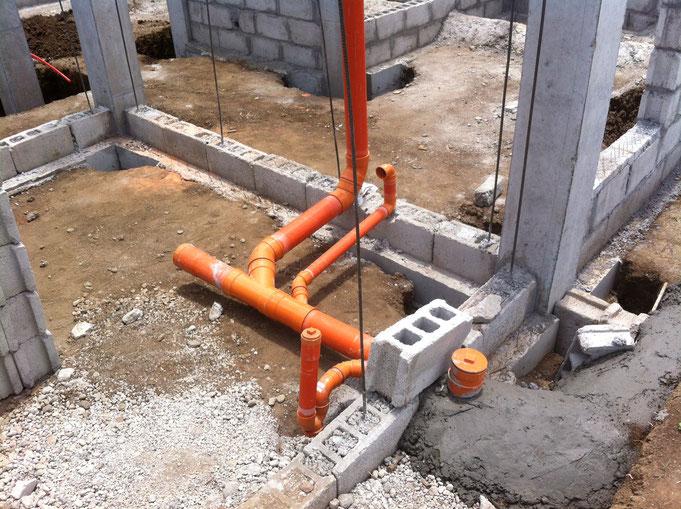 Pvc Abwasserrohre im Hausberreich sind verlegt und teilweise schon einbetoniert