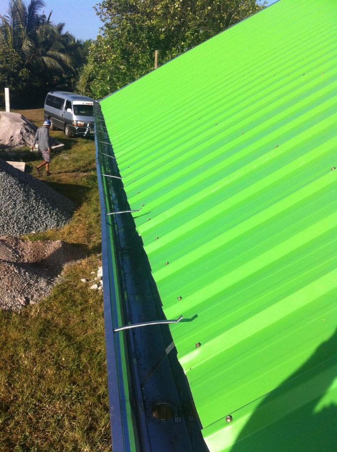 grünes Dach von oben mit Dachrinne