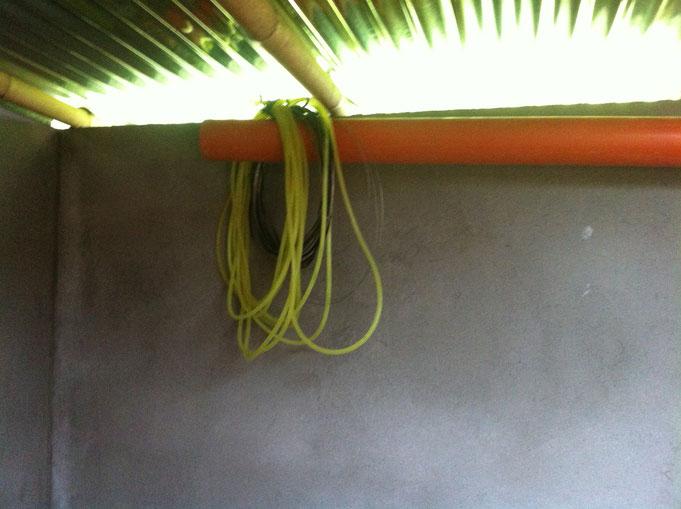 Schlauch mit Wasser hängt an der Wand