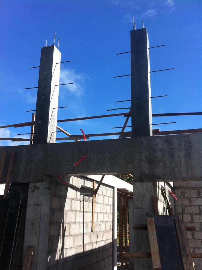 zwei Stützen im Giebel mit Anschlusseisen Wände sind fertig