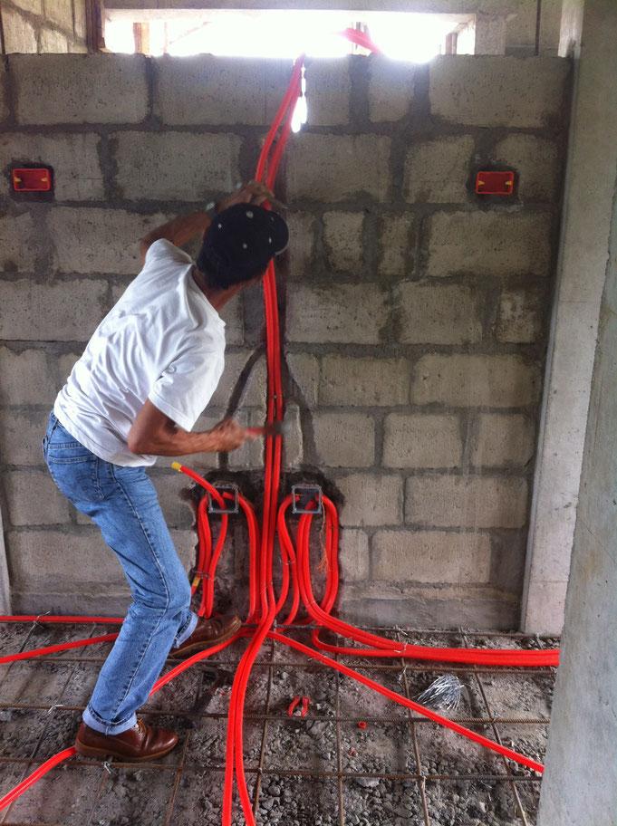 Elektriker am Spitzen in Wand