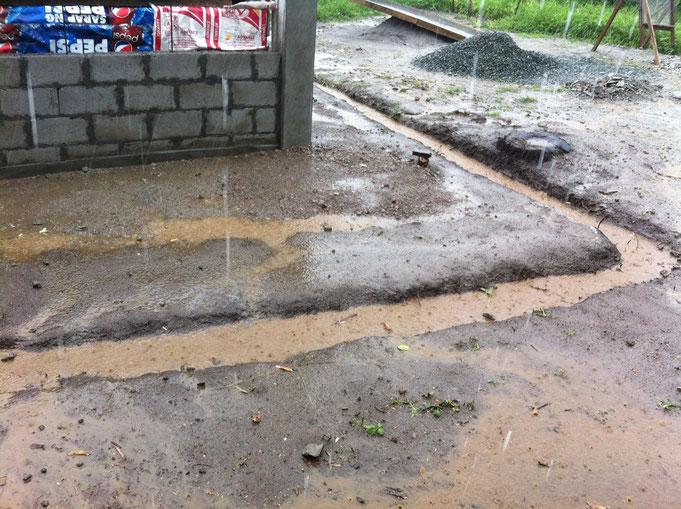 Wasser wird abgeleitet auf der Baustelle