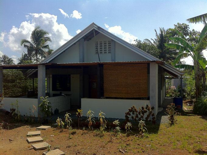 Ein Haus mit Terrasse und blauem Himmel