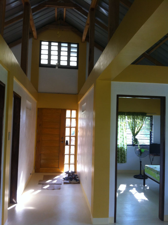 Hauseingangsberreich mit Eingangstüre und schuhen am boden