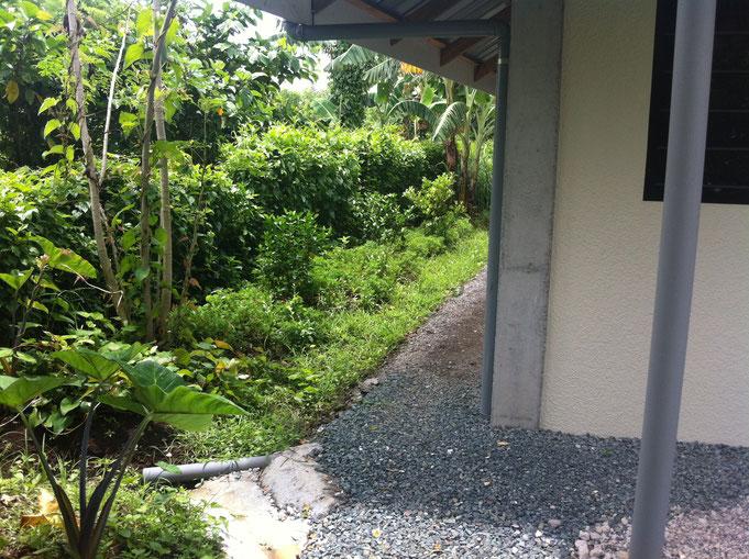 Hausecke mit Kies und Garten