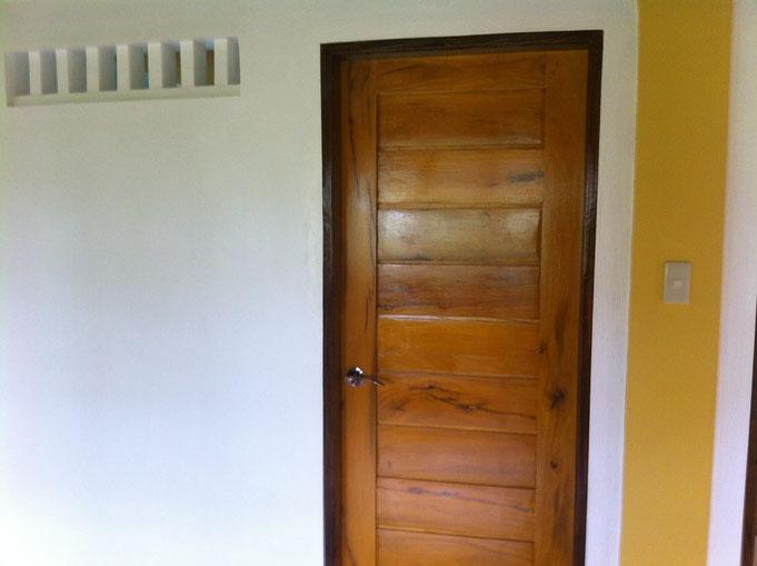 Eingangstüre zu Wc mit Querlüftungsschlitzen in Wand