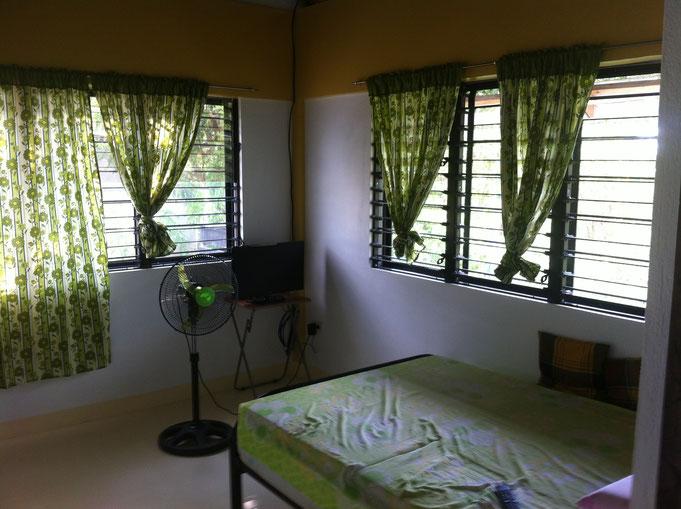 Schlafzimmer mit zwei grossen Fenstern