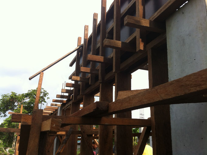Holzschalung für Unterzug mit Gerüst