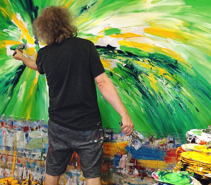 Momentaufnahme: Peter Nottrott beim Malen des Bildes