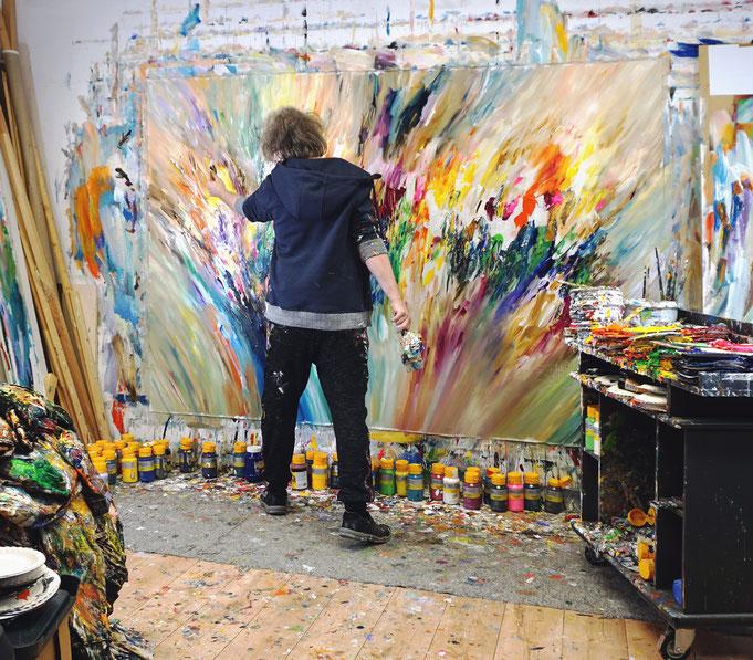 Momentaufnahme: Peter Nottrott während der Entstehung des Großformats in seinem Atelier