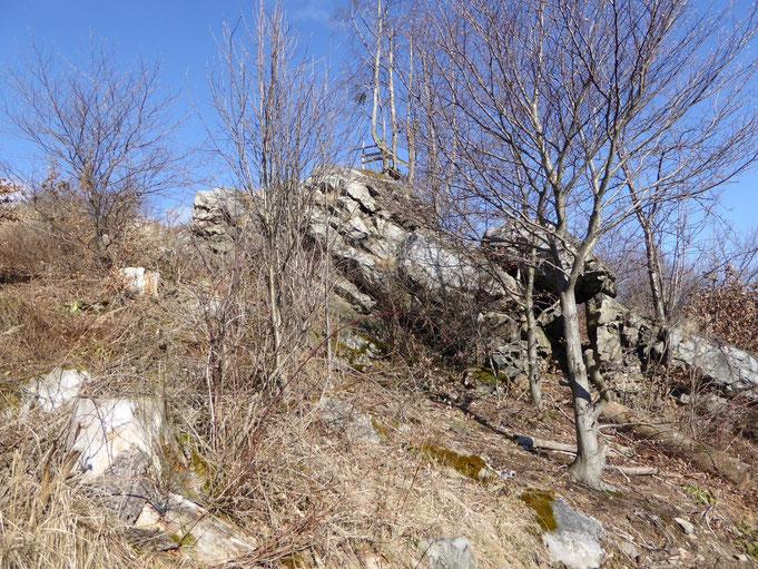 Diese kleine Klippe ist der Bielstein am Klostergrund