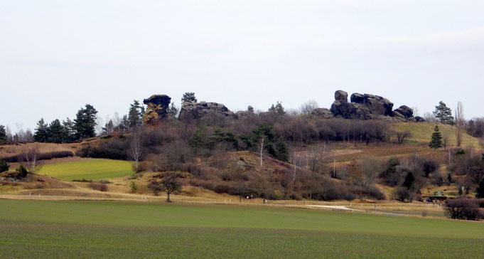 Der Königstein mit seine Felsen aus südlicher Sicht (vom Dorf aus gesehen) im Herbst.