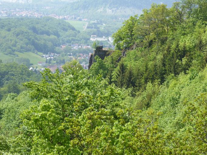 Der kleine Felsenstummel dort auf der Felsennase ist der Bielstein von Ilfeld