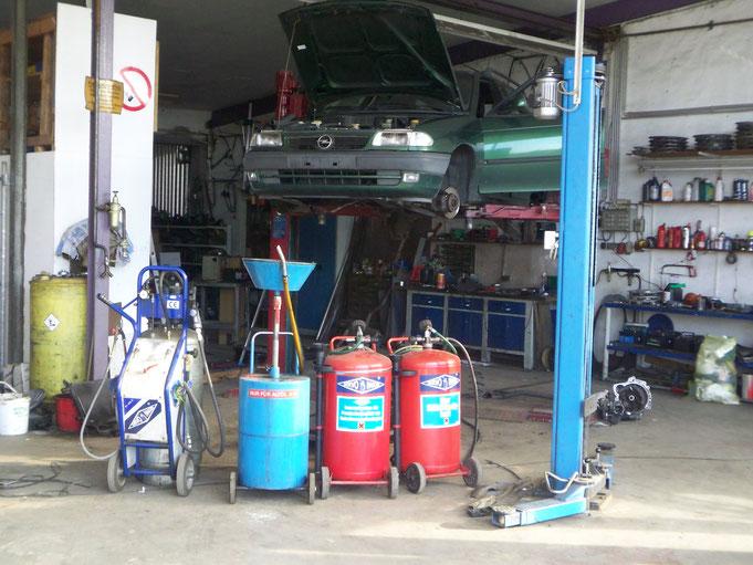 Auf den vorhandenen 2 Arbeitsplätzen, ausgestattet mit Hebebühnen erfolgt die Trockenlegung und Demontage der Altfahrzeuge