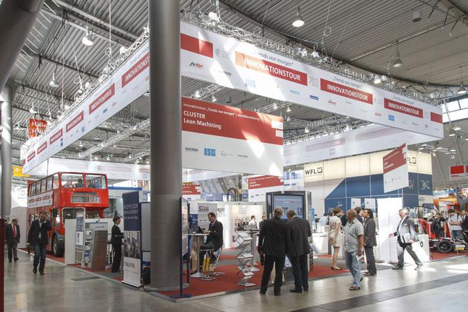 En el centro de la superficie de exposición, un antiguo autobús de dos pisos invita a charlar con los expertos, así como a mantener y establecer contactos. Foto: Messe Stuttgart.